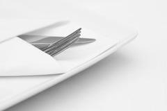 餐位餐具,有利器的白色板材 免版税库存图片