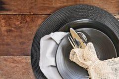 黑餐具餐位餐具在木背景的 免版税库存照片