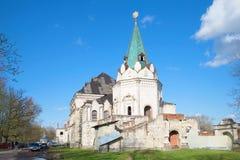 餐厅房间和Fedorovsky镇的塔的废墟在一个晴朗的劳动节 Tsarskoe Selo 免版税图库摄影