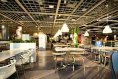 餐厅的内部巨大的宜家商店的咖啡馆的 免版税库存图片
