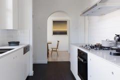 餐厅看法在一当代白色船上厨房ki结束时 库存照片