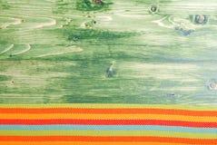 餐巾在绿色黑板的底部有文本的空间的 免版税库存照片