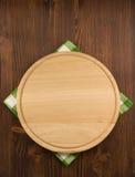 餐巾布料和切板在木头 免版税库存图片