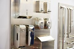 餐巾箱子和肥皂分配器在洗手间物品商店  免版税库存照片