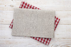餐巾 堆在白色木桌背景顶视图嘲笑的五颜六色的洗碗巾 图库摄影