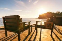 餐桌和两把椅子在装饰由海边在平衡su 免版税库存图片
