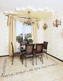 餐桌和椅子在黄色厨房里 库存照片