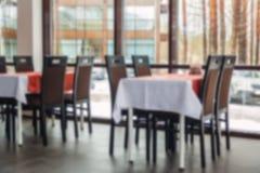 餐桌和椅子被弄脏的背景在餐馆 内部光 库存图片