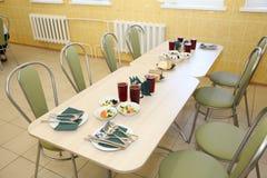 餐桌在餐厅用开胃菜和饮料四个人的 库存图片
