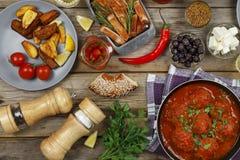 餐桌 丸子用荷兰芹和西红柿和各种各样的快餐 木背景,顶视图 土气样式 库存图片