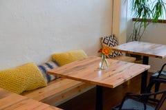餐馆与表的长凳就座 免版税库存照片