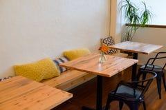 餐馆与表的长凳就座 免版税库存图片