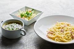 餐馆业午餐菜单、面团Carbonara,蔬菜沙拉和鸡汤 免版税库存图片
