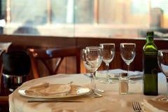餐馆为午餐服务 与美好的bokeh的照片 免版税库存照片