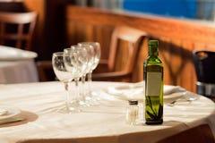 餐馆为午餐服务 与美好的bokeh的照片 免版税库存图片