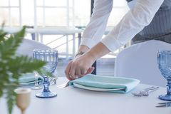 餐馆侍者服务一次婚姻的庆祝的一张桌 库存图片