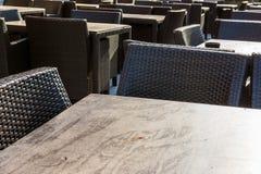 餐馆供以座位木柳条黑装饰家具Outdoo 免版税库存照片