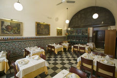 餐馆内部看法在塞维利亚西班牙 库存图片