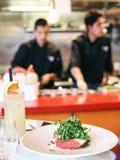 餐馆厨师在厨房里 免版税库存照片