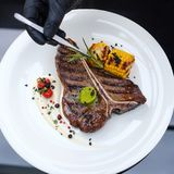 餐馆厨师工作厨师食物配制技能 库存照片