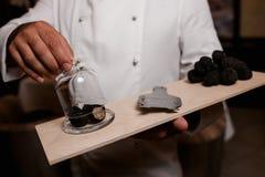 餐馆厨师纤巧 块菌食物蘑菇 免版税图库摄影