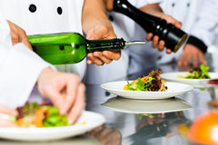 餐馆厨房烹调的亚裔厨师 免版税库存图片