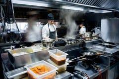餐馆厨房的行动厨师 免版税库存图片