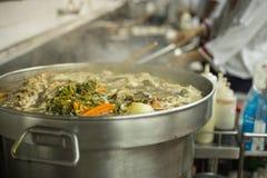 餐馆厨房的行动厨师 免版税库存照片