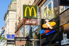 餐馆和咖啡馆著名品牌广告在Mariahilferstrasse街上 库存照片