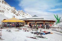 餐馆和室外酒吧在缆车驻地在Soelden滑雪区域 免版税库存照片