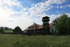 餐馆和木监视塔在Przno附近的U Holanu 库存图片