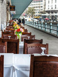 餐馆在加拉塔桥梁下在伊斯坦布尔 免版税库存照片