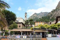 餐馆在历史名城Limone 库存图片