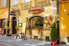 餐馆在老镇在华沙在一个晴天 华沙是波兰的首都 库存图片