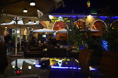 餐馆在akko古城在晚上 免版税库存图片