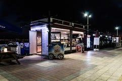 餐馆在Cinarcik镇在夏夜里-土耳其 免版税图库摄影