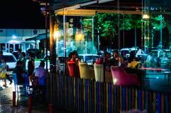 餐馆在Cinarcik镇在夏夜里-土耳其 库存照片