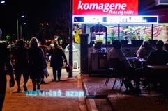 餐馆在Cinarcik镇在夏夜里-土耳其 免版税库存照片
