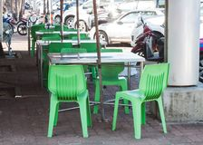 餐馆室外椅子边路的 免版税库存照片