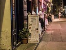 巴黎餐馆工作者在一个8月晚上等待顾客 免版税库存照片