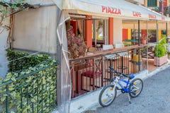 餐馆广场,咖啡馆,酒吧在科孚岛的,希腊Sinarades 库存图片