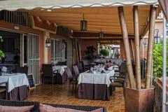 餐馆开放大阳台 免版税库存照片
