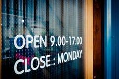 餐馆木门开放标志a葡萄酒黑窗口前面  图库摄影