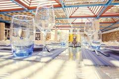 餐馆桌设置,与明亮的颜色和地中海s 库存照片