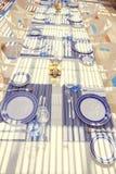 餐馆桌设置,与明亮的颜色和地中海s 图库摄影