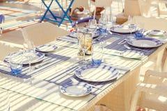 餐馆桌设置,与明亮的颜色和地中海s 库存图片