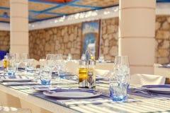 餐馆桌设置,与明亮的颜色和地中海s 免版税图库摄影