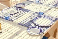餐馆桌设置,与明亮的颜色和地中海s 免版税库存照片