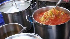 餐馆混合罗宋汤的一位厨师在一个大平底锅 影视素材