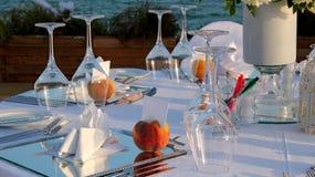 餐馆由海的表设置 免版税库存照片